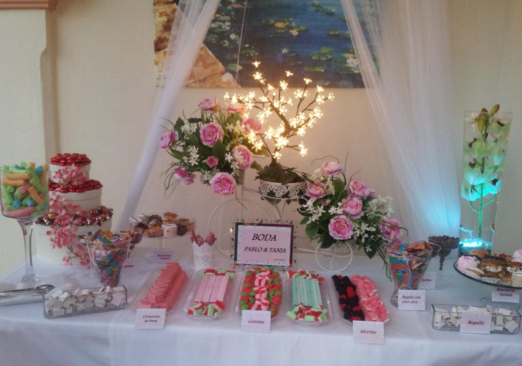 Mesa dulce dispuesta en la preciosa Boda de Pablo y Tania donde decoramos la mesa y dispusimos los dulces favoritos de los recién casados