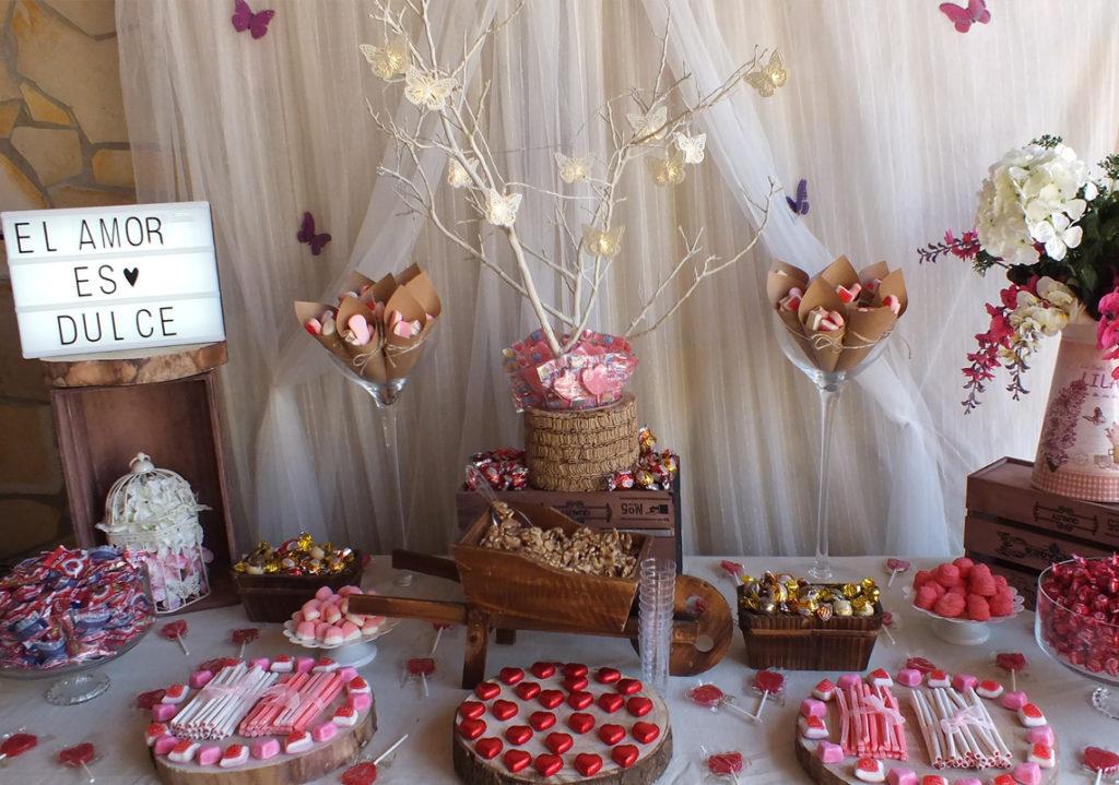 Una mesa dulce preciosa y elegante con tonos blancos y marrones donde la temática principal es «El amor es dulce»